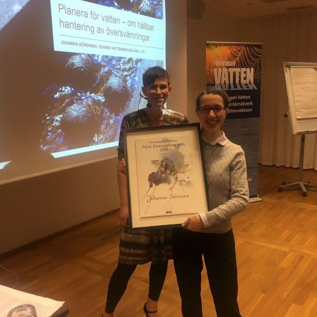 Johanna Sörensen mottager New Generation-priset från Föreningen Vattens ordförande Marta Ahlquist-Juhlén